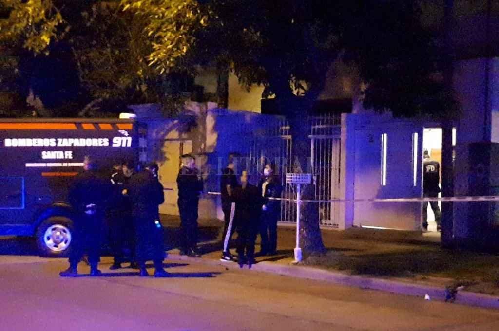 El momento en que policías y peritos trabajan en la casa de Francia 1100 la noche del 24 de octubre Crédito: Danilo Chiapello