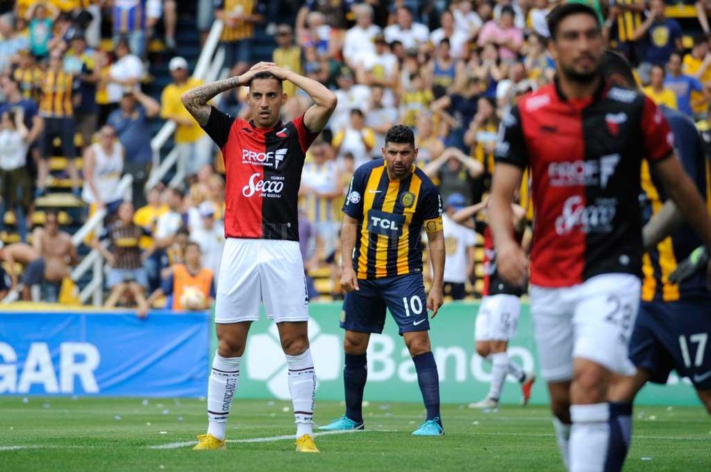"""¡La que nos devoramos! El gesto de Correa es elocuente, mientras Ortigoza parece espiar algo. El delantero de Colón marcó uno pero tuvo chances claras para hacer algún gol más. El """"Gordo"""" tuvo un buen partido y fue de menor a mayor. Es el eje futbolístico de Central. Crédito: Marcelo Manera"""