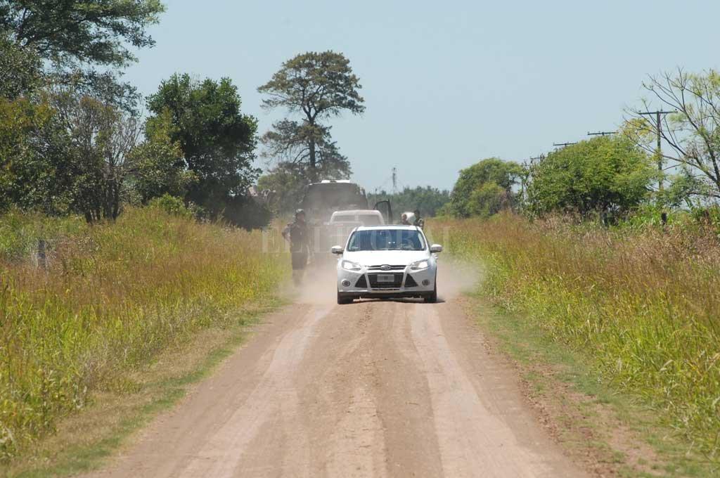 El Ford Focus blanco donde iban los jefes había quedado a unos 600 metros del lugar del enfrentamiento. Crédito: Archivo El Litoral / Flavio Raina