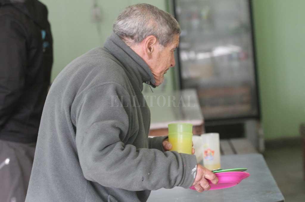 El registro gráfico es de septiembre pasado, en el Comedor Los Niños de Gretel de barrio Yapeyú. Referentes barriales advierten que faltan raciones de comida, porque cada vez hay más demanda. Crédito: Archivo El Litoral / Manuel Fabatía