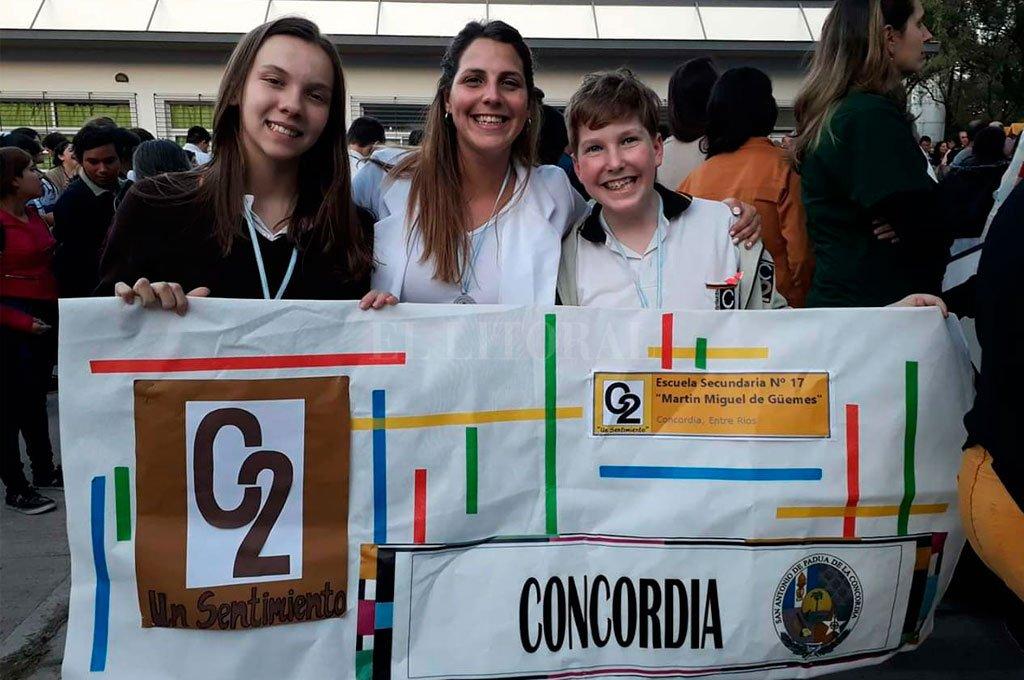Los alumnos Gonzalo Elstein y Melina Velazco, junto a su asesora, la docente Candelaria Charco, representarán a la provincia en la Feria Nacional de Ciencias del 26 al 30 de noviembre.