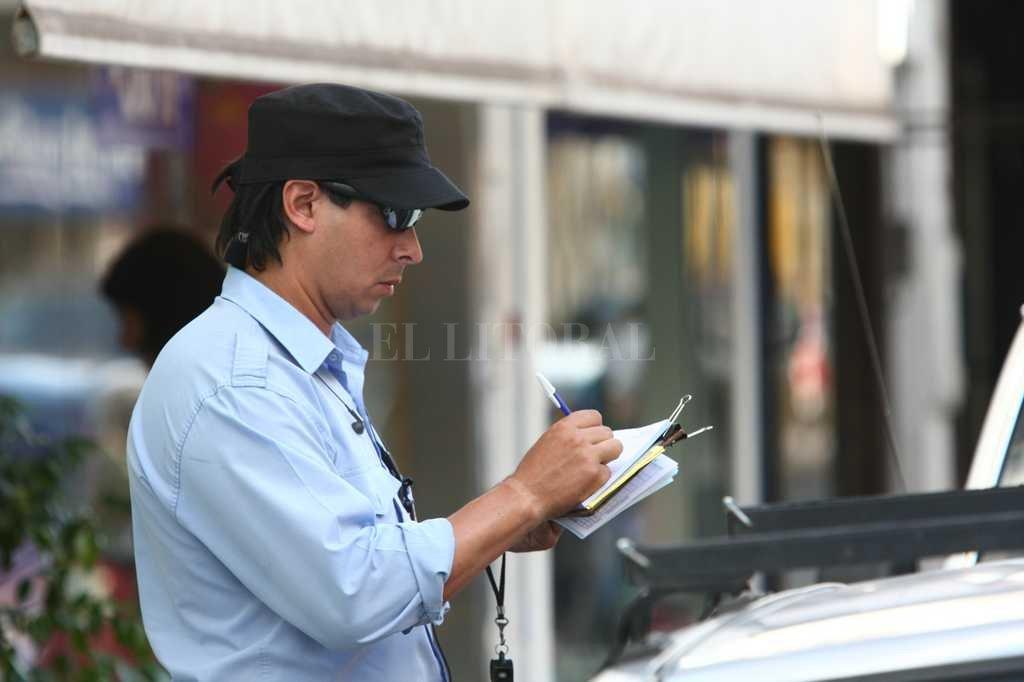 Inspector municipal labra multas.  <strong>Foto:</strong> Mauricio Garín