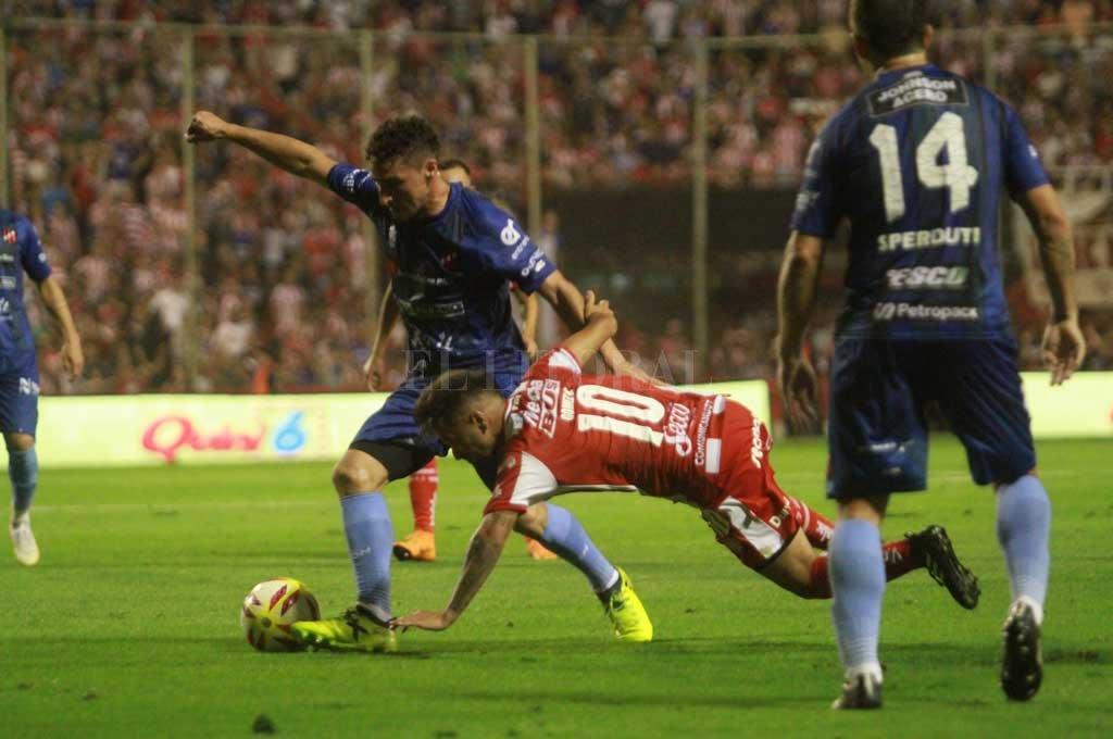 """¡Que no se caiga! El """"Droopy"""" haciendo equilibrio en Unión-Patronato en el 15 de Abril. Cuando tenía todo para dar el gran salto en la Superliga, porque venía de ganar dos partidos seguidos de visitante y llegaban dos partidos seguidos de local, Unión fue goleado por Godoy Cruz (0-3) y no le pudo ganar a Patronato (2-2). Ahora, espera para enfrentar a River.  Crédito: Pablo Aguirre"""