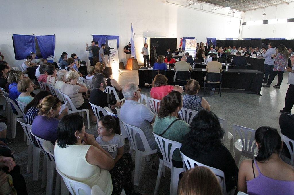 El Club Pucará recibió a una gran cantidad de vecinos dispuestos a presenciar cómo sesionan sus concejales. <strong>Foto:</strong> Pablo Aguirre