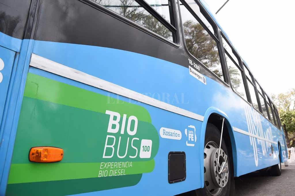 EXPERIENCIA. Este año, el gobierno santafesino dio un paso más en esta estrategia cuando firmó en Buenos Aires un convenio para el desarrollo de los proyectos Bio Bus Experiencia Biodiésel 100 y Bio Bus Experiencia Biodiésel 25, para que los colectivos rosarinos comiencen a funcionar con un 25% de biodiésel en su combustibles. <strong>Foto:</strong> Prensa Municipalidad de Rosario