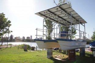 El catamarán solar será probado  los primeros días de diciembre - Recta final. El novedoso medio de transporte náutico es de fibra de vidrio, tiene 6 metros de eslora por casi 3 de manga y capacidad para 8 personas. Arriba se ven los paneles solares. Tendrá fines turísticos y demostrativos.