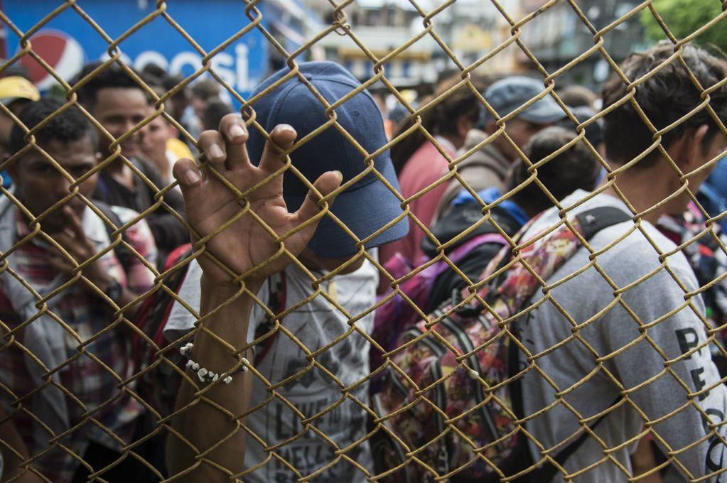 Migrantes hondureños aguardan en la frontera con México y sueñan con EEUU Crédito: Internet