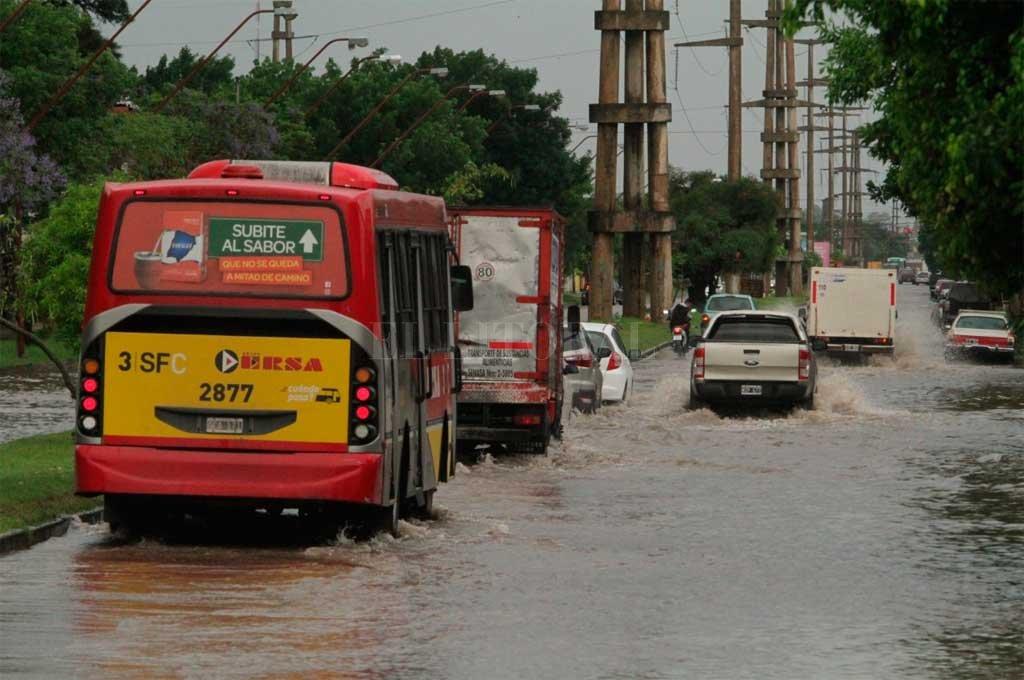 El norte de la ciudad presentaba inconvenientes por agua acumulada <strong>Foto:</strong> Mauricio Garín