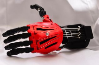 Alumnos de un colegio crearon una mano 3D y la donaron a un joven que nació sin dedos