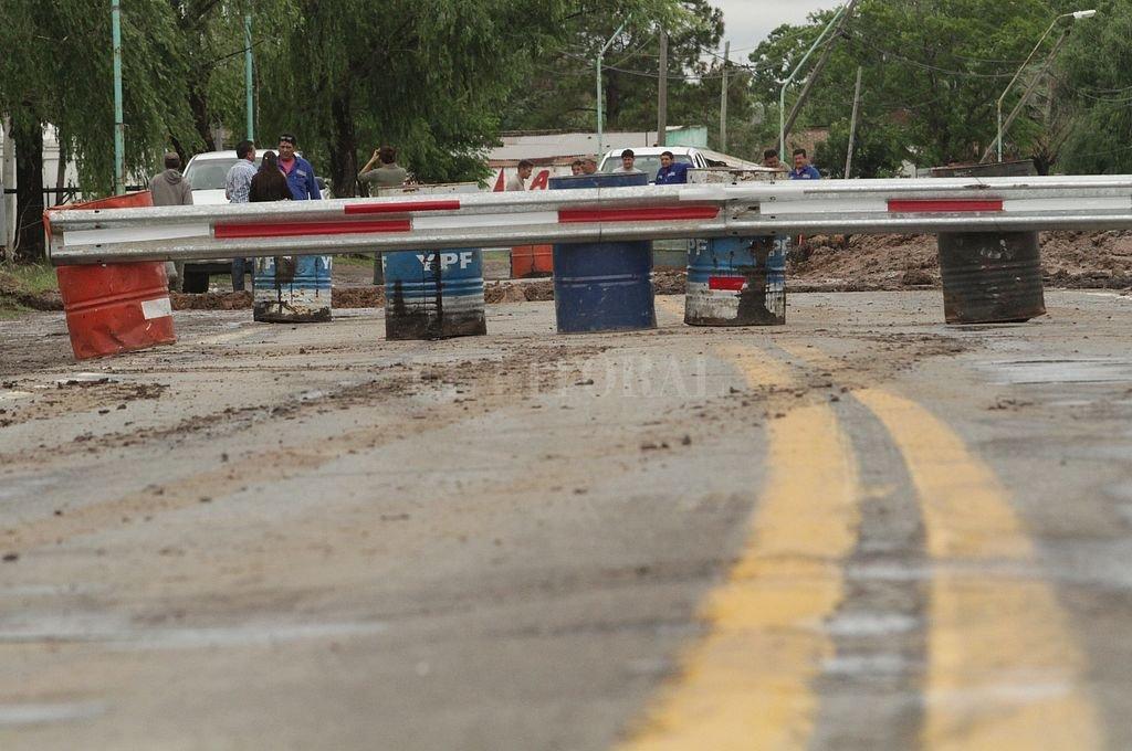 Corte total sobre la Ruta 11, poco antes de llegar a Sauce Viejo, por un socavón. <strong>Foto:</strong> Mauricio Garín