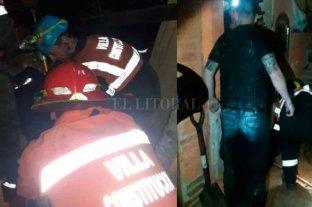 Se desbarrancó una casa y murió una pareja, ella estaba embarazada - Los bomberos y policías en plena acción para ayudar a la pareja.