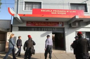 """El Colegio San Roque es el nuevo """"fetiche"""" de las amenazas de bomba - Personal policial en la puerta del colegio; una imagen que se repitió por 10 en las últimas semanas.  -"""