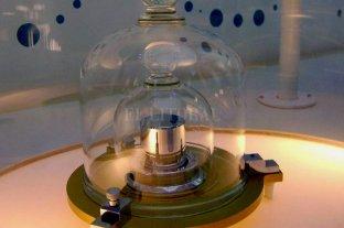 """La Conferencia General de Pesos y Medidas va a redefinir al """"kilo"""" - El """"gran K"""": un cilindro de platino e iridio conservado en Francia. Está bajo tres campanas de cristal, en una caja fuerte situada en una sala ultra-limpia de un sótano. La caja está cerrada con tres llaves, conservadas por tres responsables. Una vez al año, se abre la caja para verificar el estado. Pero los científicos se dieron cuenta de que si bien el prototipo (el """"gran K"""") y las seis copias (distribuidas por el mundo) fueron fabricados en la misma época, de la misma manera y conservados en las mismas condiciones, la masa del primero varió respecto al resto unos 50 microgramos. -"""