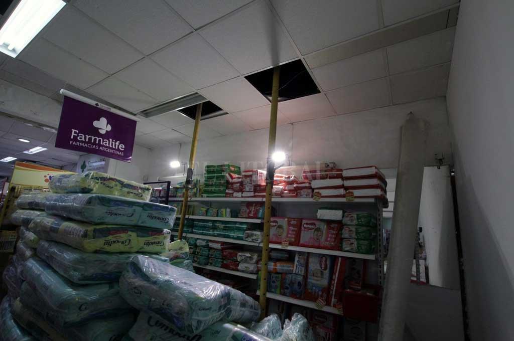 Los dueños de la farmacia habían advertido el peligro de derrumbe - Pañales, leche en polvo, productos de bebé y tinturas fueron algunos de los productos que quedaron debajo del sector donde se derrumbó la pared. Ahora está apuntalado parte del techo. -