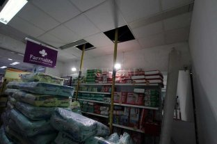 Los dueños de la farmacia habían advertido el peligro de derrumbe - Pañales, leche en polvo, productos de bebé y tinturas fueron algunos de los productos que quedaron debajo del sector donde se derrumbó la pared. Ahora está apuntalado parte del techo.