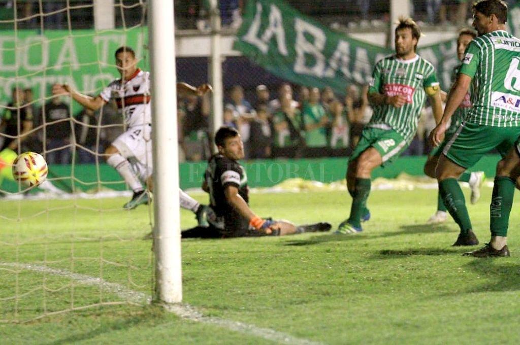 Alex Vigo marca el segundo gol de Colón. Crédito: Manuel Fabatia
