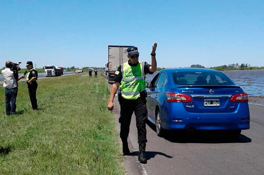 La autopista Santa Fe - Rosario sigue cortada por agua en la calzada