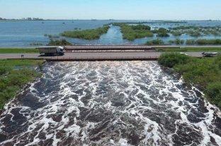 La autopista Santa Fe - Rosario continúa cortada - Importante caudal de agua en el Arroyo Colastiné generaba complicaciones  -