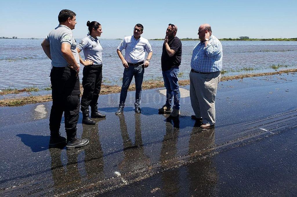 Agregan un corte parcial en la autopista Santa Fe - Rosario - Autoridades y personal de la APSV en la zona afectada de la autopista, a la altura de Monje -