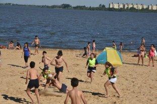 """Sol, viento, arena y saltos acrobáticos: la gente se """"adueñó"""" de la Costanera - Rugby en la arena, con los chicos y las chicas jugando con esa intensidad de la niñez. -"""