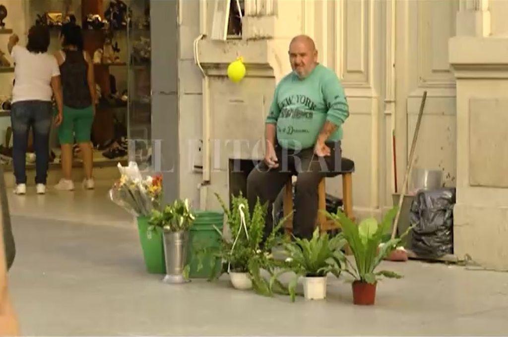 Un florista de la peatonal molesto por el aumento del canon