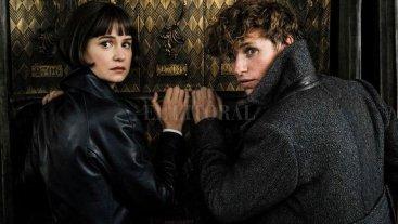 Magos, vengadores y visionarios - El mago académico Newt Scamander (Eddie Redmayne) vuelve a unir fuerzas con la inspectora Tina Goldstein (Katherine Waterston) para enfrentar a Gellert Grindelwald (Johnny Depp). -