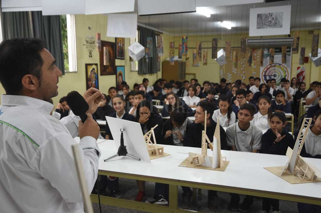 A sala llena. Ramos conversó la semana pasada con los alumnos de primer año de la secundaria de la Escuela Lourdes.  Crédito: Flavio Raina