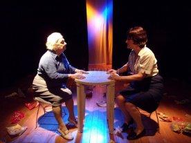 """Una lección de vida   - Las dos protagonistas de """"Arritmia"""", del dramaturgo rosarino Leonel Giacometto, se sienten ignoradas, casi como si fueran dos seres invisibles fáciles de desplazar de los afectos y de la atención que se merecen.  -"""