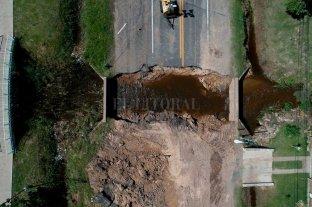 En unos 10 días quedará reparado el socavón de ruta 11  - Desde arriba. La imagen aérea  de la ruta 11 muestra la gravedad del socavón generado por el desmoronamiento de una alcantarilla ubicada en el núcleo central de Sauce Viejo. -