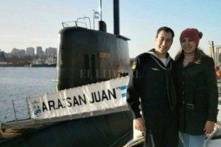 """La esposa del tripulante de Santa Fe: """"Yo estoy en paz, pero pido justicia"""" - Leguizamón y el submarinista Suárez, en una de las últimas fotos juntos. Detrás el submarino hallado después de un año. -"""