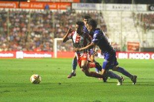 ¿Qué pasará con el Droopy?  - El Droopy Gómez en acción, en el partido ante Patronato en la avenida López y Planes, donde fue titular. -