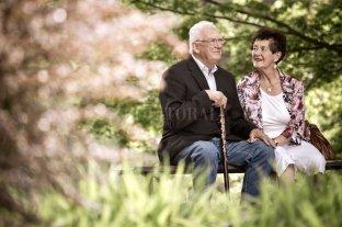 Una vejez placentera: el sexo y el amor después de los 60 - Oportunidades. De acuerdo a la nueva concepción de la ancianidad, los adultos mayores tienen tantas posibilidades de realizar cosas y de disfrutar momentos como en otras etapas de sus vidas. Es cuestión de aceptar el desafío y animarse a lograrlo.