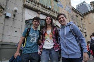"""Tres jóvenes idearon """"atrapar al sol"""" y dar luz a interiores: fueron premiados  - Ingeniosos. Agretti, Pozzo Galdón y François (izq. a der.), en la entrada de la Escuela Industrial. Fueron reconocidos por el proyecto que idearon."""
