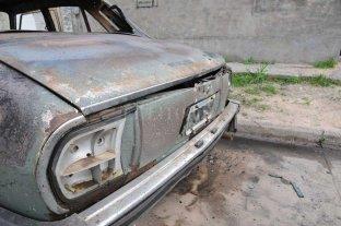 Vecinos impidieron que se propague un incendio en un auto - El vehículo atacado es un Peugeot 504 (imagen ilustrativa). ¿Será un ataque de quemacoches? -