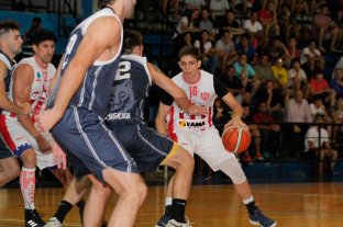 Unión fue el que marcó diferencias - Andrés Jaime, de Unión, intenta eludir la marca de Nahuel Basualdo, de Gimnasia. -