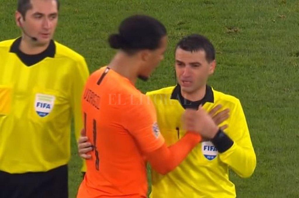El desconsuelo del árbitro de Alemania-Holanda al terminar el partido