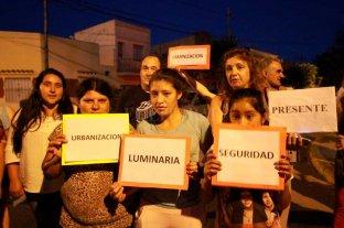 """Vecinos piden que se abra una calle de Candioti Norte: """"Ya es tierra de nadie"""" -"""