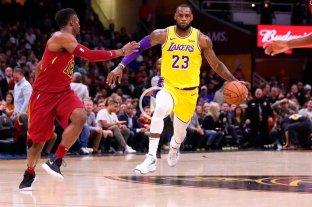LeBron James fue figura en la visita con Lakers a Cleveland