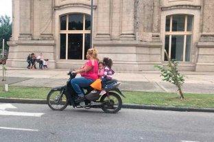 Medidas de seguridad cero: el peligro de viajar con dos niños en una moto