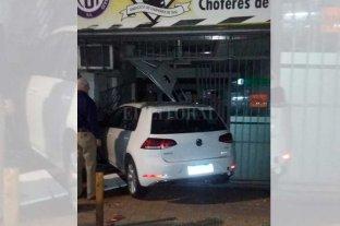 Fuerte choque en el centro de Santa Fe: un auto terminó dentro de un inmueble