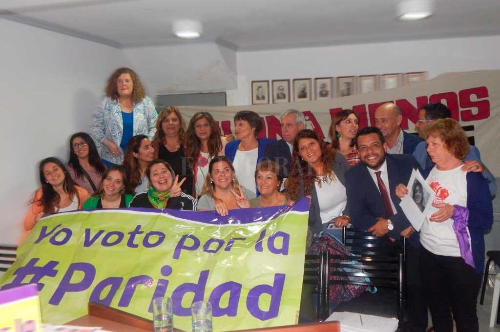 Algarabía. Los concejales de Santo Tomé celebraron la aprobación de la Ley de Paridad y posaron para la foto junto a militantes de la causa.  <strong>Foto:</strong> Gentileza Prensa Alvizo