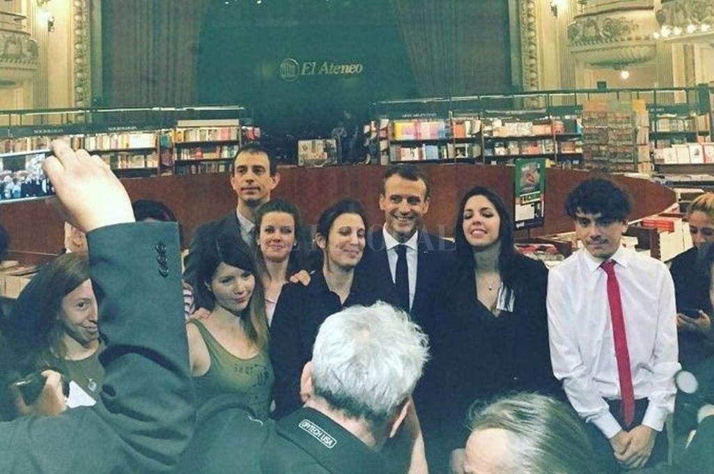 El presidente Emmanuel Macron en su visita a la librería El Ateneo. Crédito: Internet