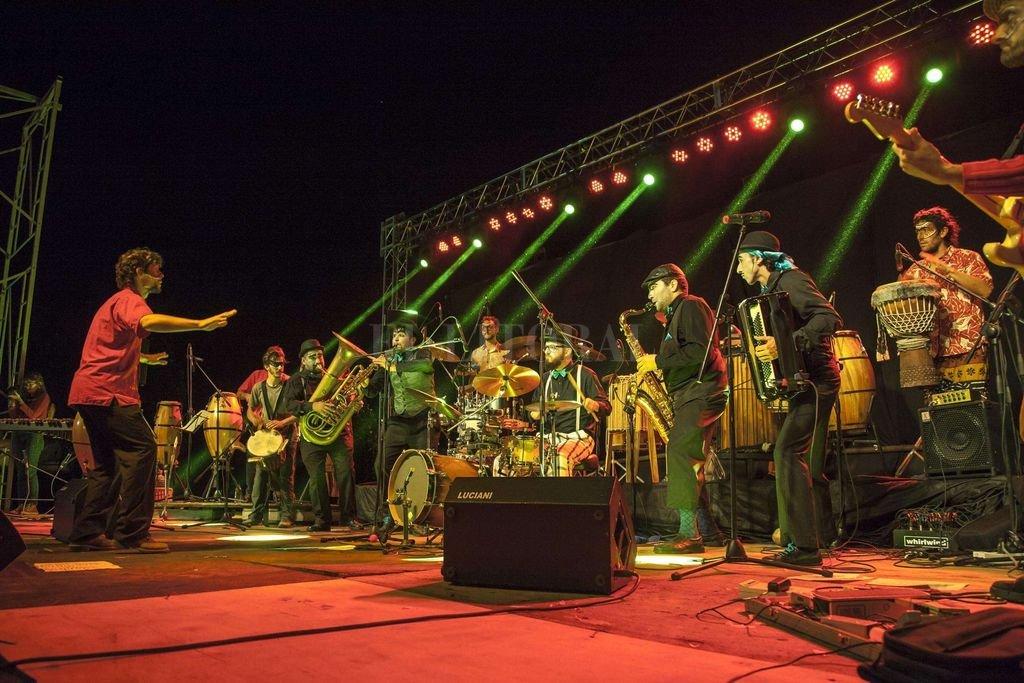 Unidos: la agrupación escénico-musical junto a los tambores de la agrupación dirigida por Jorge Mockert. <strong>Foto:</strong> Gentileza Lara Margaritini