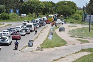 El carretero colapsado: largas colas y hasta una ambulancia contramano