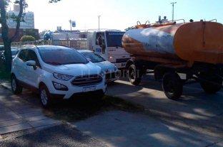 El entorno de la planta de Assa es un caos por autos mal estacionados