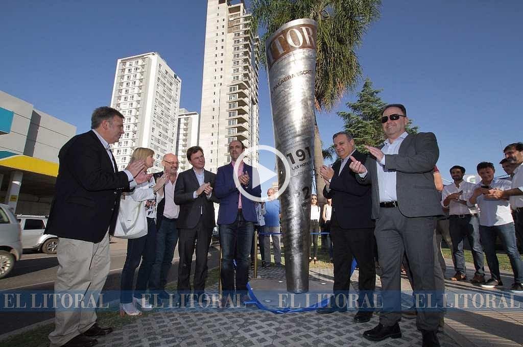 Inauguran una escultura por los 100 años de El Litoral
