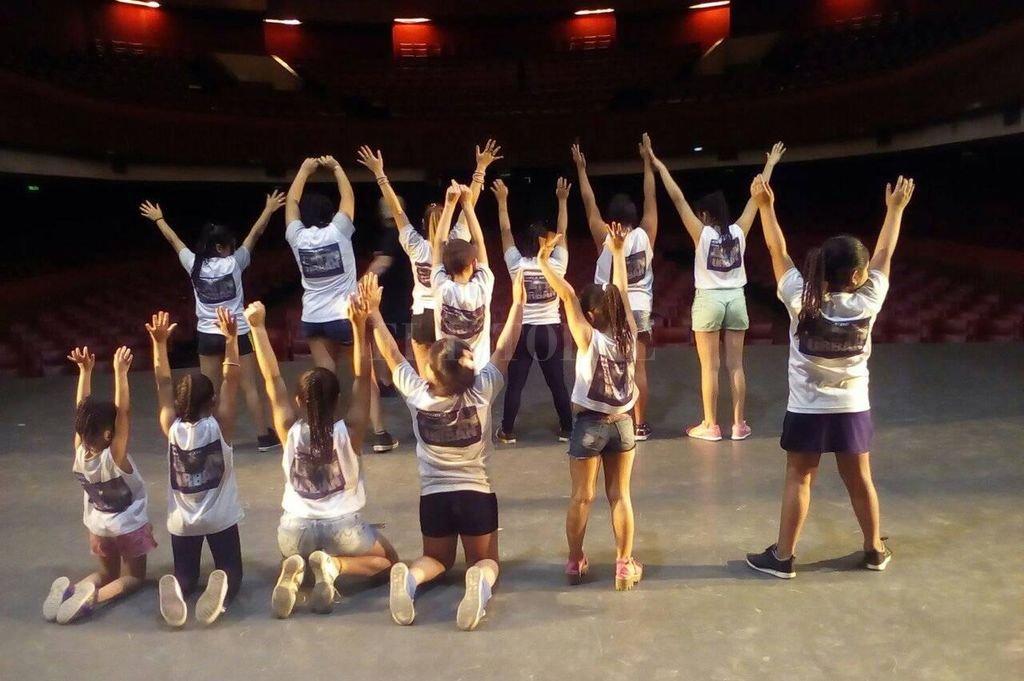 La Escuela de Danza funciona en dos sedes ubicadas en el norte de la ciudad. Para finalizar el año, presentará una obra que cuenta con más de 70 participantes en escena. Crédito: Gentileza Danza Latin Urban