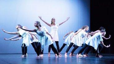 Cierre de año lectivo de la Escuela de Danza, Arte y Movimiento - La dirección estará a cargo de Adriana Bovo de Betemps, mientras que las coreografías pertenecen al equipo docente de la escuela. -