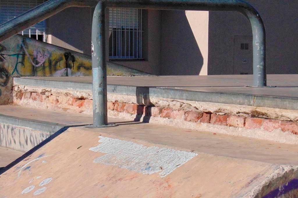 Roto. Las rampas del skate park muestran un avanzado deterioro, que pone en riesgo a quienes practican esta disciplina. Crédito: Gentileza
