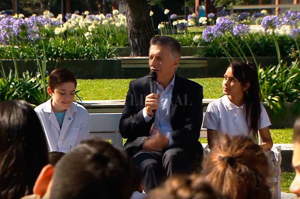 Macri celebró los 35 años del retorno a la democracia con alumnos de escuelas -  -